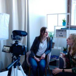 Zwei Personen bei einer Beratung vor der Kamera