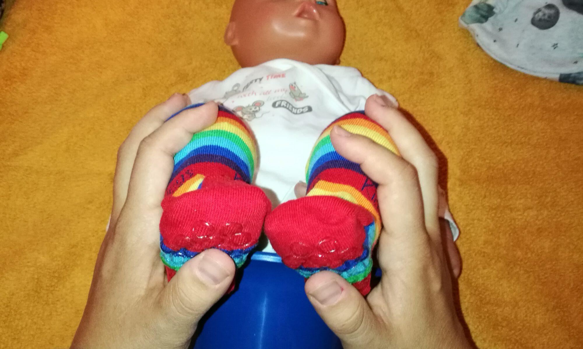 Baby wird liegend auf dem Wickeltisch abgehalten